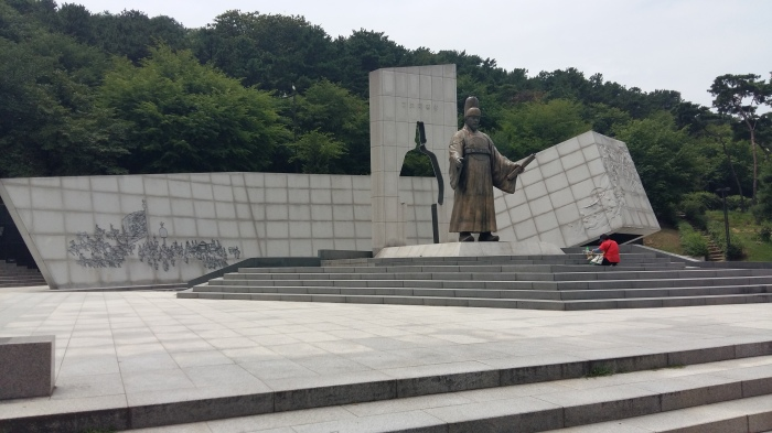 It was an impressive statue. Notice the woman in red bowing down to the statue. Not sure if she was praying, or what but she had laid out a variety of food in front of the statue. Before she kneeled down, I thought she was getting out her lunch to eat it...