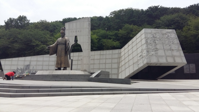 Starting down Paldal Mountain, there was a bronze statue of King Jeongjo the Great, the King who had this fortress built.