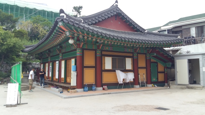 There were places for the Buddhist monks and others to pray. This building seemed to have separate booths.